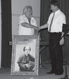 Ferenc Csernik Antonu Zupetu podarja sliko Frana Metelka (Vir: Naši koraki)
