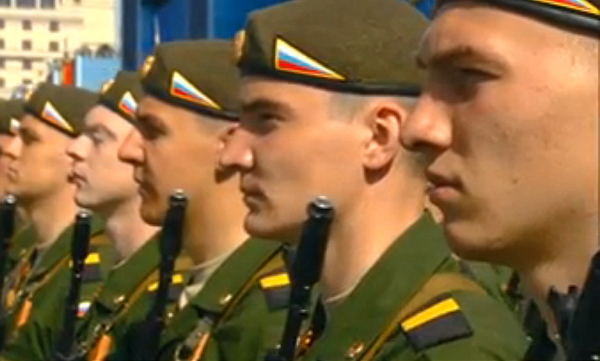 ruski_vojaki_na_vojaski_paradi_DK