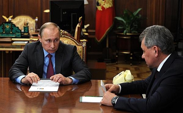 ruski_predsednik_vladimir_putin_in_obrambni_minister_sergei_shoigu_kremelj