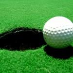 SOCIALNA NEENAKOST: Medtem ko mnogi životarijo, Janša s partnerico igra golf v elitni družbi