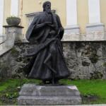 Pedofilija pred cerkvijo?: V Škocjanu imajo na osrednjem mestu kip, ki deluje zelo pedofilsko