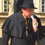 Damjan Murko je dobil konkurenco. Katoliški duhovnik skritiziral Janeza Janšo.